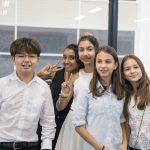 海外家庭学校的学生们在教学楼里偶遇