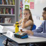 海外家庭学校的学生认真做评委