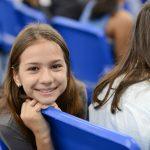 海外家庭学校的学生在礼堂回头微笑
