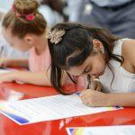 海外家庭学校的学校认真写作业