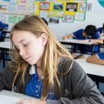 海外家庭学校的学生在教室里学习