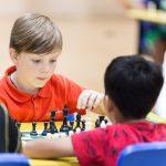 海外家庭学校的学生下国际象棋