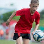 海外家庭学校的学生踢足球