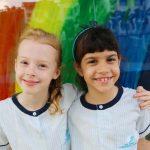 壹世界国际学校的学生在彩虹墙前