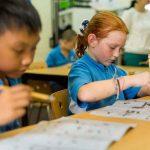 壹世界国际学校的学生认真练习书法