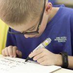 壹世界国际学校的学生认真写字