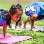 壹世界国际学校的学生练习瑜伽