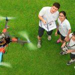 新加坡美国学校的学生操纵无人机