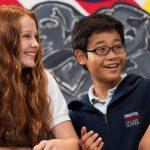 新加坡美国学校的学生在一起开心聊天