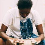 新加坡美国学校的学生做陶艺