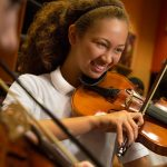 新加坡美国学校的学生拉小提琴
