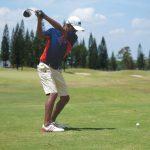 新加坡美国学校的学生打高尔夫