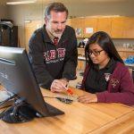 嘉德圣玛丽森林城市学校校园的老师辅导学生学习