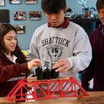 嘉德圣玛丽森林城市学校校园的学生进行工程实验