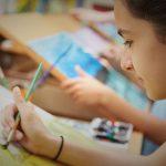 嘉德圣玛丽森林城市学校校园的学生进行美术创作