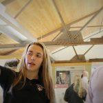 嘉德圣玛丽森林城市学校的学生讲解自己的作品