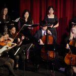 嘉德圣玛丽森林城市学校的乐队在台上演奏