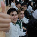 圣若瑟书院国际学校的学生竖起大拇指