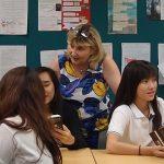 圣若瑟书院国际学校的学生在教室里讨论问题