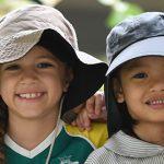 圣若瑟书院国际学校的学生戴着太阳帽在户外活动
