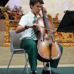 圣若瑟书院国际学校的学生拉大提琴