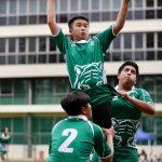 圣若瑟书院国际学校的学生在比赛场上跳起接球