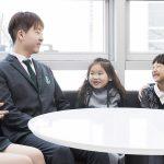 济州圣约翰伯里学院的高年级学生和低年级学生聊天