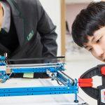 济州圣约翰伯里学院的学生在做工程实验