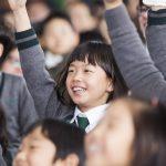 济州圣约翰伯里学院的学生开心的举起手