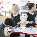 济州圣约翰伯里学院的学生在玩橡皮泥