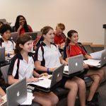 斯坦福美国国际学校的学生拿着电脑认真上课