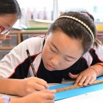 斯坦福美国国际学校的学生一起做作业