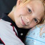 斯坦福美国国际学校的学生抱着地球仪
