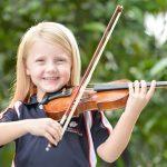 斯坦福美国国际学校的小女孩拉小提琴