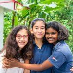 新加坡瑞士学校的3个女孩拥抱在一起