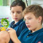 新加坡瑞士学校的学生一起看故事书
