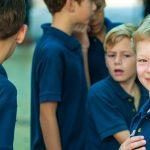 新加坡瑞士学校的学生穿着蓝色校服T恤