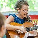 新加坡瑞士学校的老师弹吉他唱歌给学生