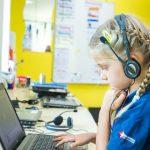 新加坡瑞士学校的学生戴着耳机听音乐