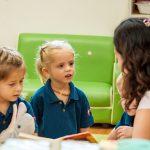 新加坡瑞士学校的老师给小朋友讲故事