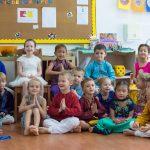 新加坡瑞士学校的小朋友们在教室里合影