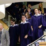 东陵信托学校的毕业生们在楼梯上