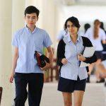 东陵信托学校的学生走在教学楼内