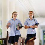 东陵信托学校的学生走在教学楼的室外通道上