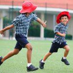 东陵信托学校的学生在草坪上奔跑