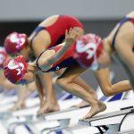 东陵信托学校的学生跳进泳池开始比赛