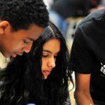 亚的斯亚贝巴国际社区学校的学生们一起认真讨论