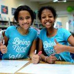 亚的斯亚贝巴国际社区学校的2个学生竖起大拇指