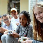 亚的斯亚贝巴国际社区学校的学生坐在教学楼外