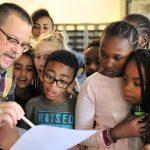 亚的斯亚贝巴国际社区学校的老师给学生讲解问题